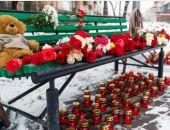 Торговый центр в Кемерова опять начал тлеть, к месту трагедии люди несут цветы и игрушки
