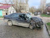 В Феодосии на ул. Украинской автомобиль влетел в дерево