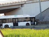 В Севастополе автобус без водителя проехал 2 км и разбился об ограждение под мостом (фото)