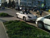 В Севастополе прохожие забросали мусором автомобиль, припаркованный на пешеходном переходе