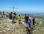 В Крыму спасатели и духовенство восстановили сломанный православный крест на Чатыр-Даге (фото)