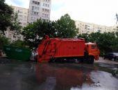 В Севастополе под колесами мусоровоза провалился асфальт (фото)