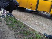 В столице Крыма под автобусом провалился размытый водой асфальт (фото)