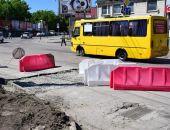 Власти Симферополя почти заделали двухметровый провал на Маяковского