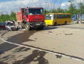 В Крыму в ДТП под Симферополем легковушка разбилась о грузовик (фото)