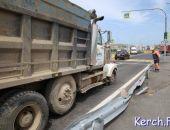 """Разбитый """"фурой"""" отбойник на автоподходе к Крымскому мосту уже восстановили (фото)"""