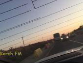 Брошенный автобус стал причиной автомобильных пробок на трассе Керчь – Феодосия в Крыму (фото)