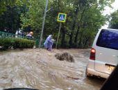 Непогода в Крыму: в Ялте затопило подземный переход, потоком воды смыло женщину (видео)