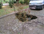В Феодосии собираются отремонтировать провал на дороге возле «Вечного огня»:фоторепортаж