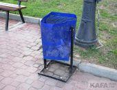 На феодосийской набережной сломали около 30 урн:фоторепортаж