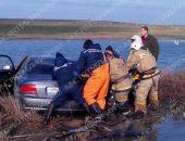 Сегодня в Крыму автомобиль слетел с моста в озеро (фото)