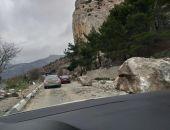 В Крыму камнепад обрушился на трассу Севастополь - Ялта (фото)