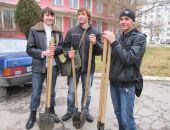 В Феодосии студенты высадили деревья (видео)