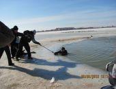 В Крыму из проруби пришлось выуживать спасателя лебедей