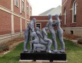 Американцы в скульптуре о взаимопомощи увидели пропаганду группового секса