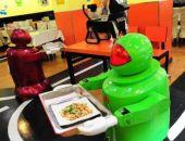 В Китае открылся ресторан, где посетителей обслуживают роботы