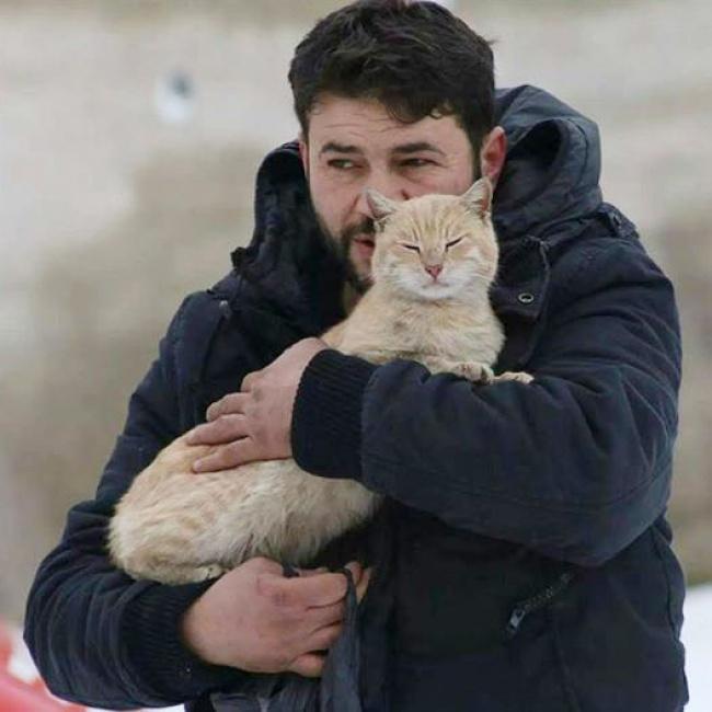 https://kafanews.com/new/images/shitel-sirii-ostalsya-v-aleppo-chtoby-kormit-broshennykh-kotov__1_2016-12-7-16-57-20.jpeg