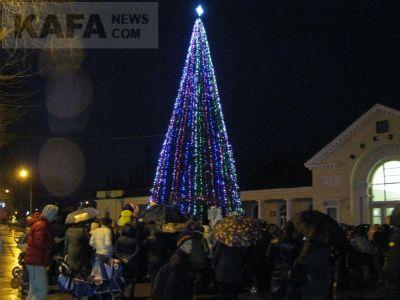 В Феодосии торжественно открыли главную новогоднюю елку (видео)