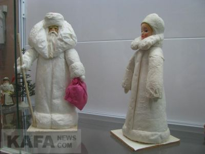 Феодосийский музей древностей представил коллекцию Дедов Морозов и Снегурочек (видео)