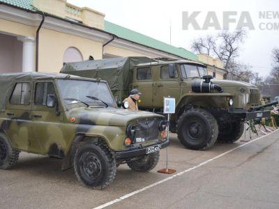 В Феодосии на Привокзальной площади выставили военную технику