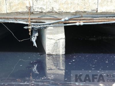 В море у центральной набережной Феодосии вновь сливают отходы